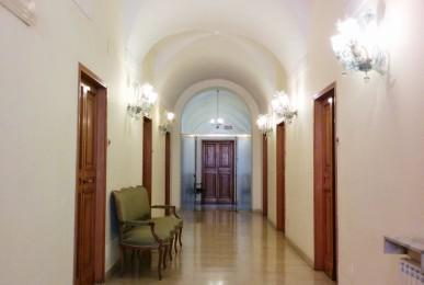 学校の廊下。部屋数は多くないですがすべてグランドピアノで空いていれば練習できます。