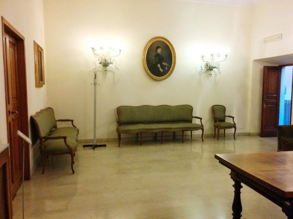ここと左側に移る扉の奥が会議室で待合室として使われました。