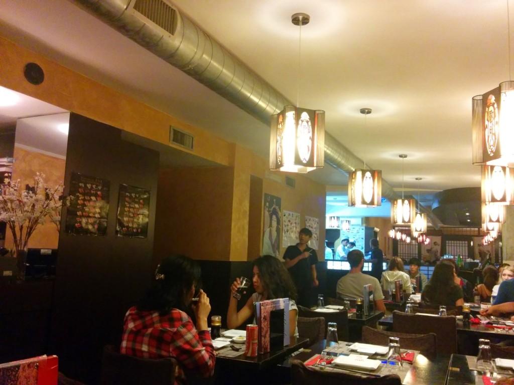 どうみても中国テイストの店内。そこそこ人は入ってます。