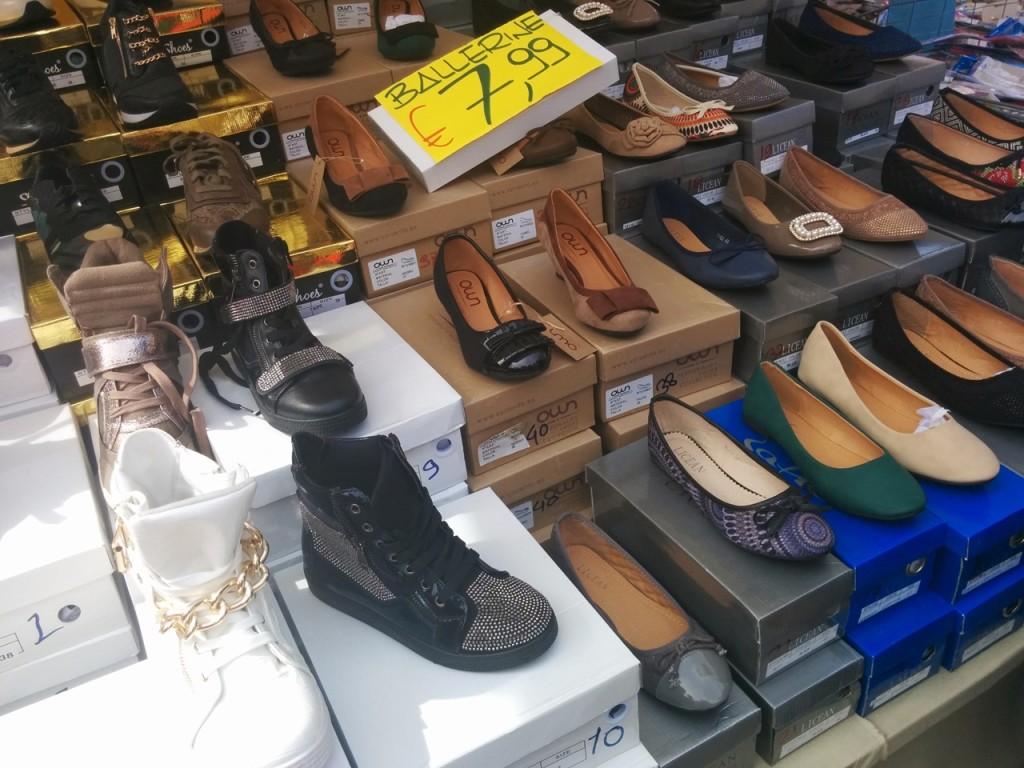 靴もよく売っている商品のひとつ。とにかく安い。