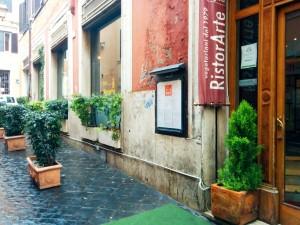 レストランの入り口。アートレストランと書いてありますね~