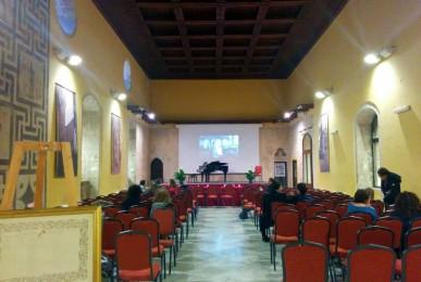 会場となったパラッツォ。木の天井でほどよい響きでした。