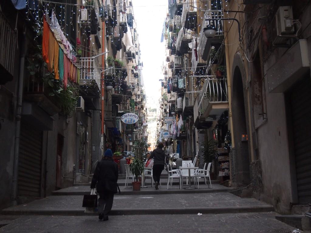 ナポリ、少し路地を入っただけで治安の悪さを空気で感じます。