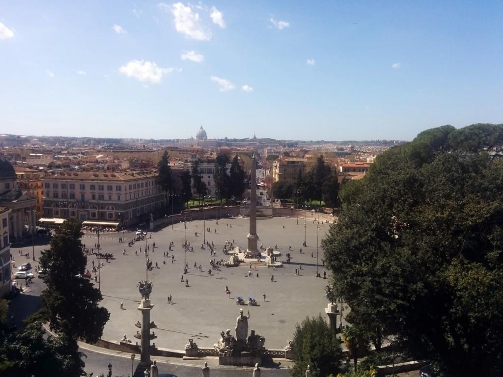奥にみえるクーポラはヴァチカンの聖ピエトロ大聖堂です