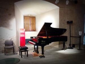 ピアノはKAWAIでした!楽器より足元の板が気になってしょうがなかったです。笑