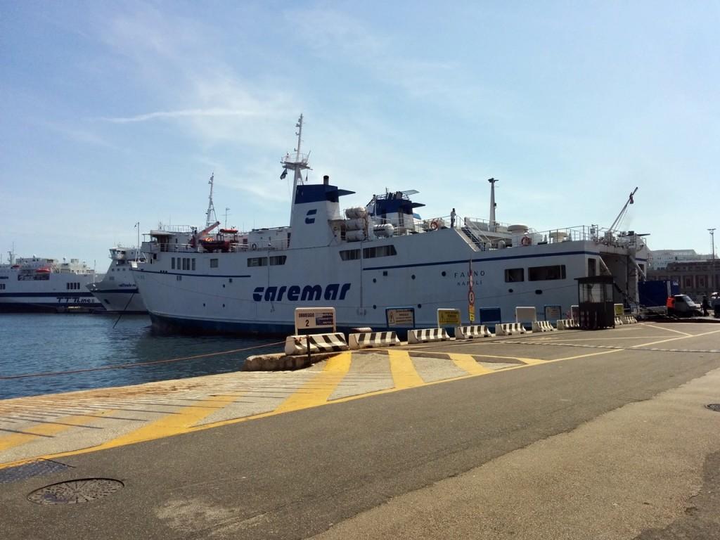 ナポリ港からフェリーで出発