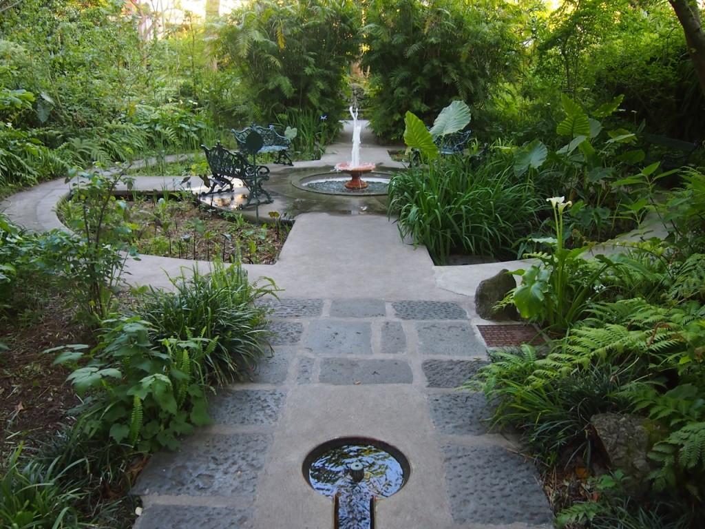 広大な敷地にはいくつもの種類の噴水が…