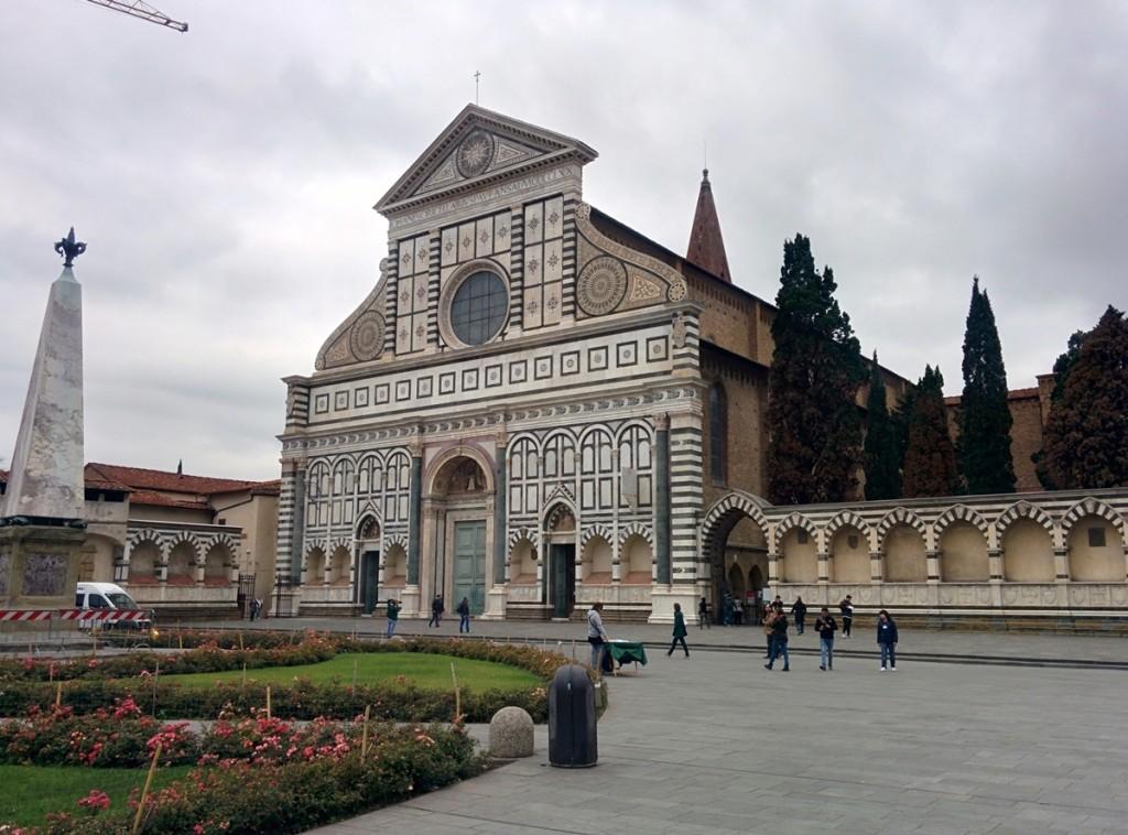 駅前のサンタ・マリア・ノヴェッラ教会