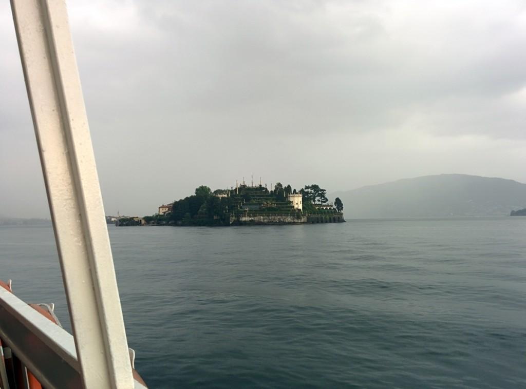 お天気は悪いですが…ベッラ島のボッローメオ宮殿が見えます