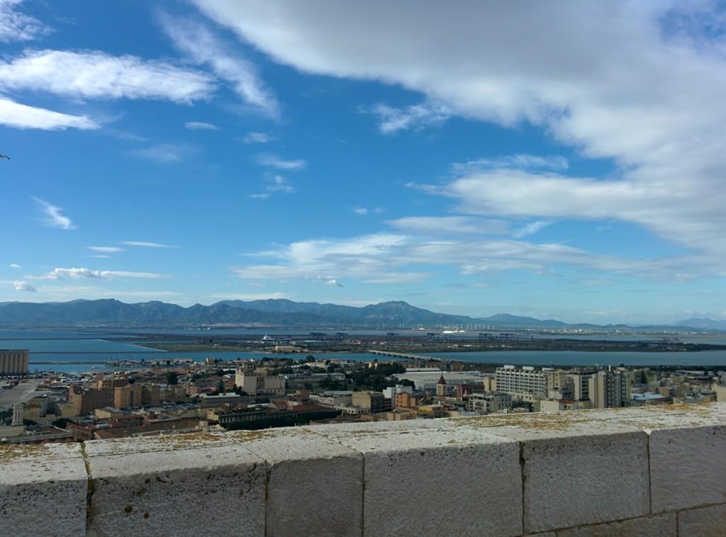 カリアリで、高台から港の眺め