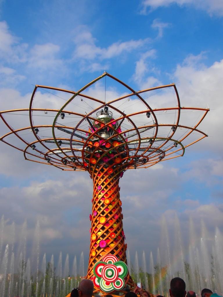 シンボルタワー。1時間に一回、椿姫の「乾杯の歌」が流れてショーが始まります。
