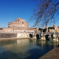 テヴェレ川沿いをお散歩中に。サンタンジェロ城
